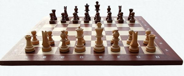 1024px-Chess_board_with_chess_set_in_opening_position_2012_PD_05